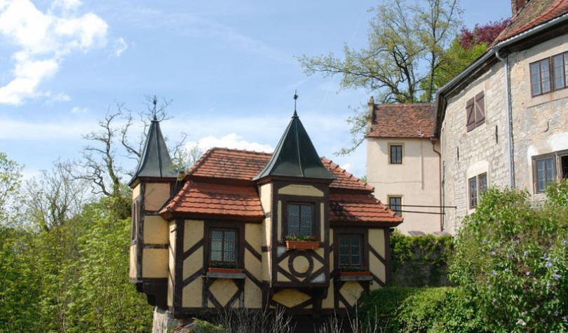Rechts im Build sieht man die den befestigten Teil der Burg in der Mitte eine ausgelagterte Fachwerkwohnung. Die Burg steht in Krautheim im nördlichen Baden-Württemberg.